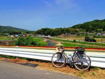 眼下に土岐川を挟んで長閑な里山景観が見えます